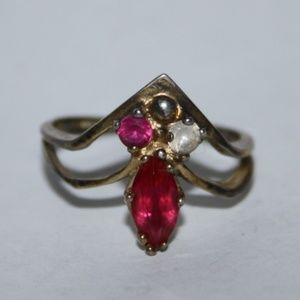 Beautiful vintage gold and ruby ring 6.5